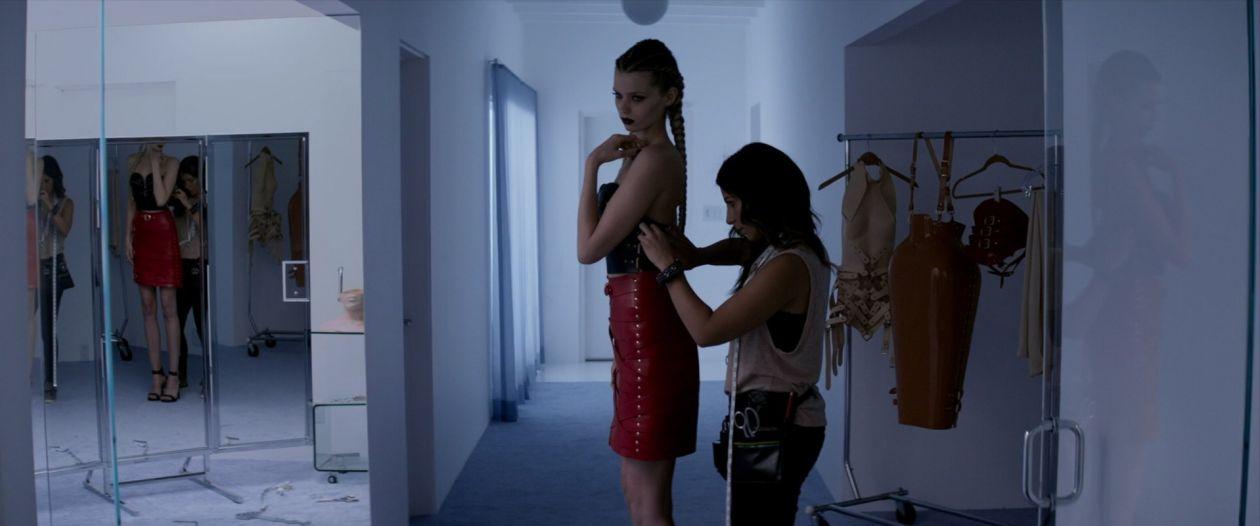 Abbey Lee Kershaw (Sarah) / Rebecca Dayan (dresser) actresses   The Neon Demon / Nicolas Winding Refn 2016