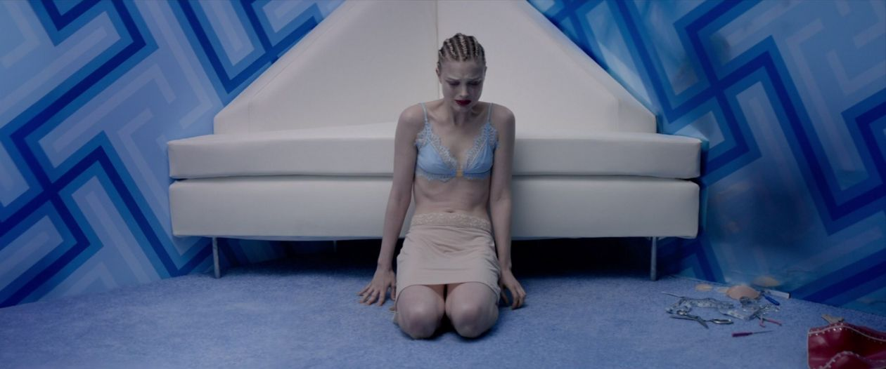 Bella Heathcote | The Neon Demon : Gigi | Nicolas Winding Refn 2016