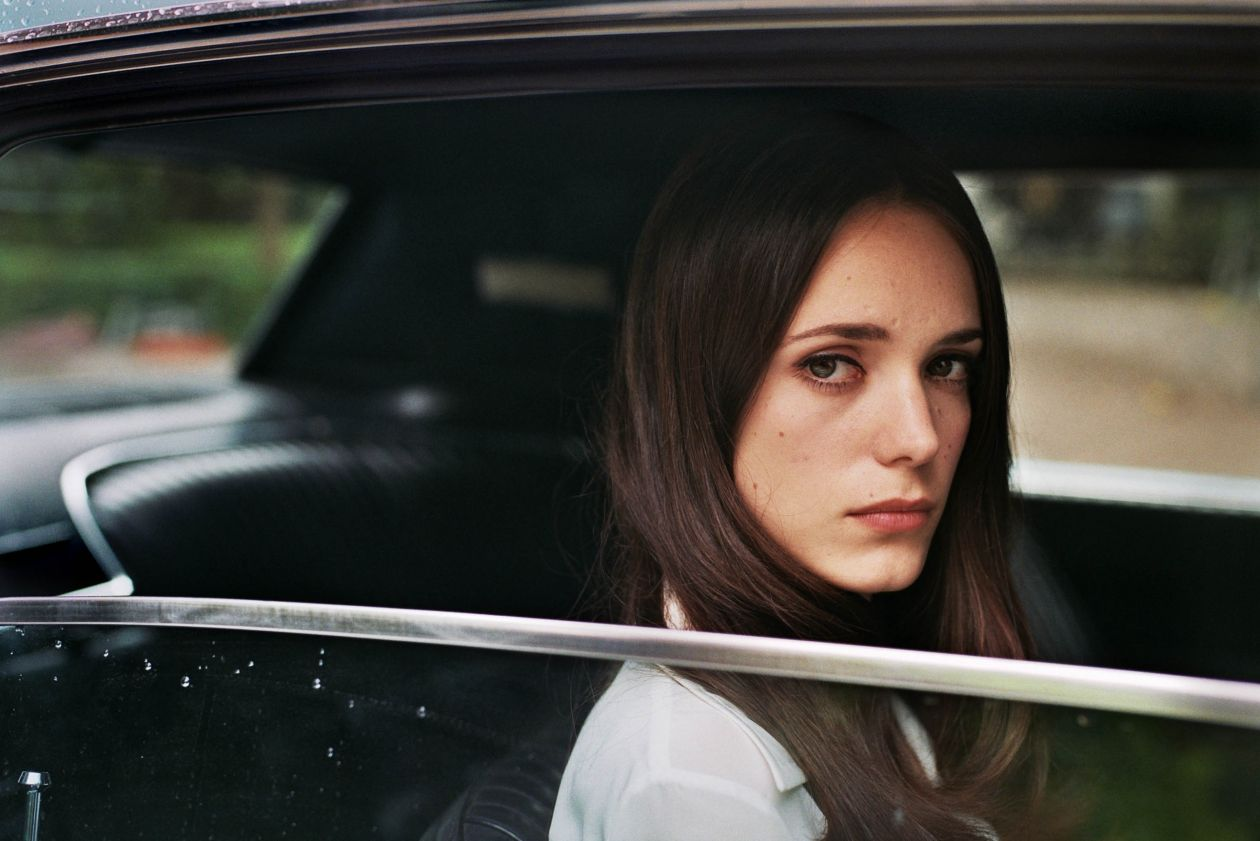stacy martin la dame dans l 39 auto avec des lunettes et un fusil. Black Bedroom Furniture Sets. Home Design Ideas